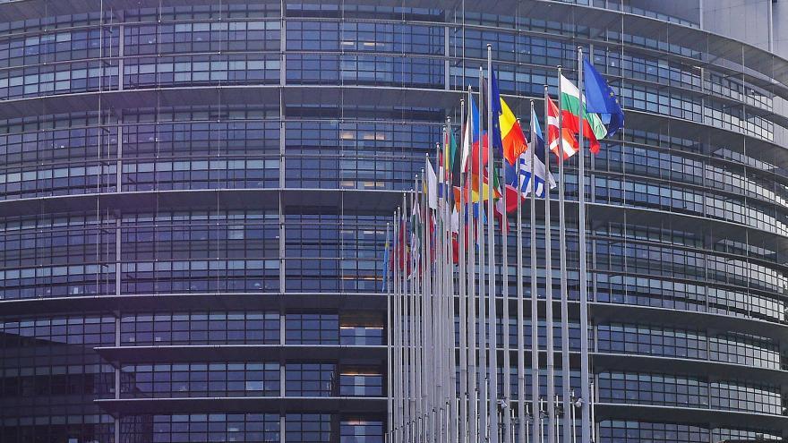 Banderas frente a la fachada del Parlamento Europeo
