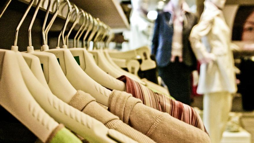 Imagen del interior de una tienda de ropa