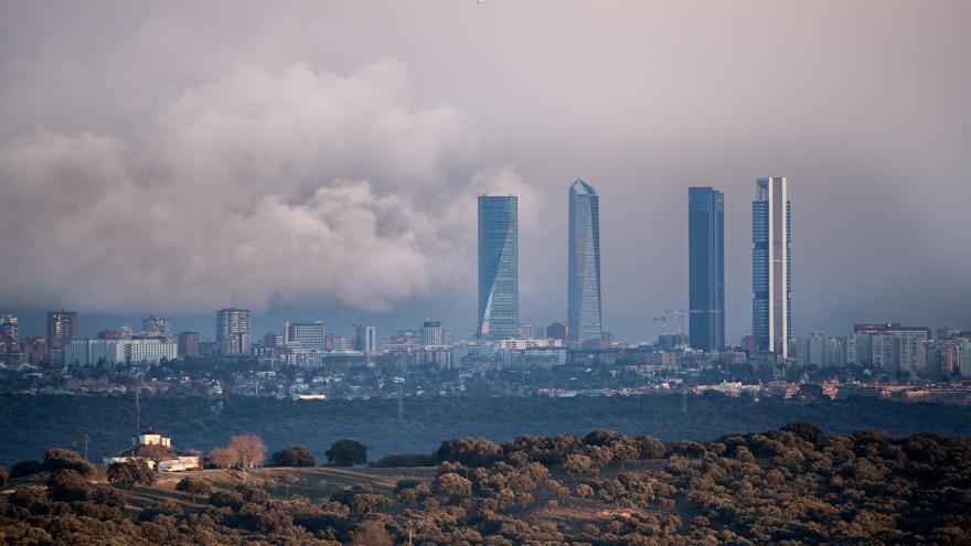 Foto del skyline de la ciudad de Madrid con contaminación