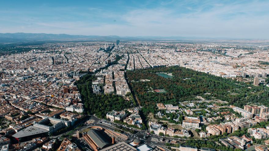 Vista aérea de Madrid con el parque de El Retiro en medio