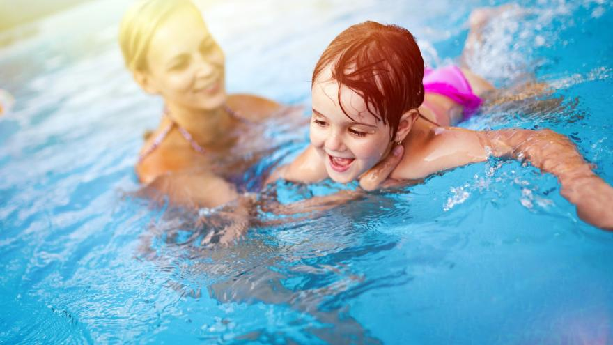 Madre con su hijo en la piscina