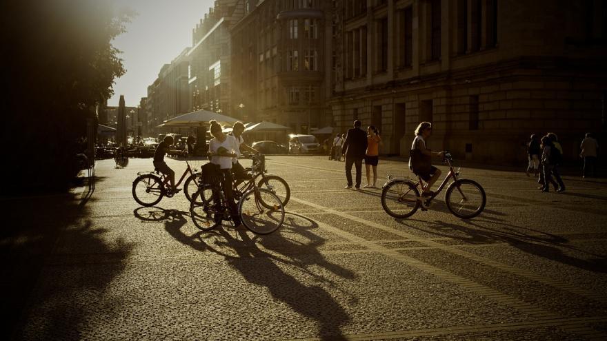 Personas en bicicleta en la ciudad