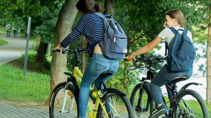 Dos chicos en bicicleta