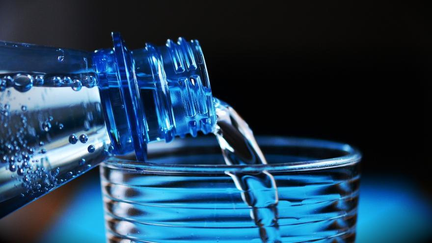 sirviendo agua con una botella