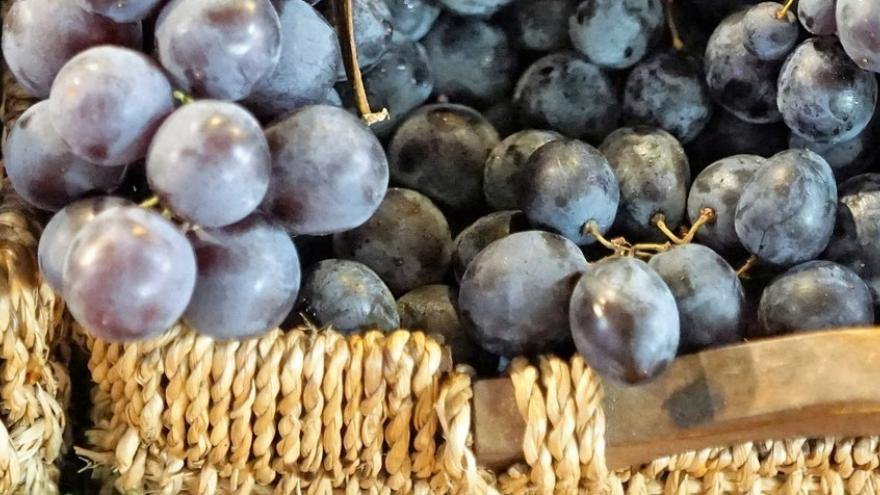 Cesta de uvas negras