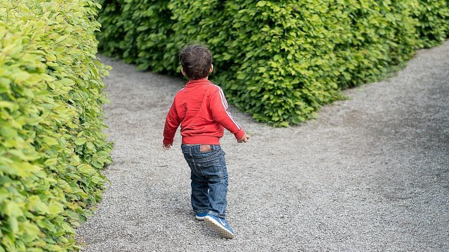 Niño en cruce de caminos