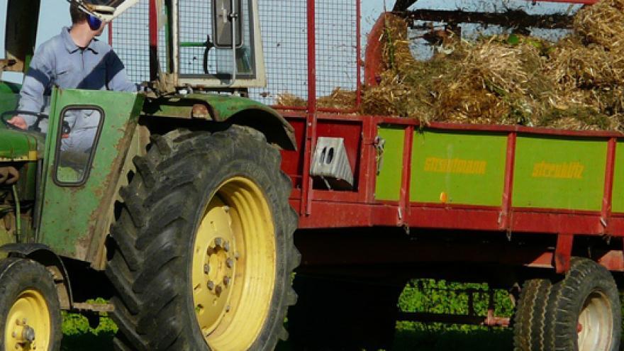 Imagen de un tractor aplicando fertilizantes