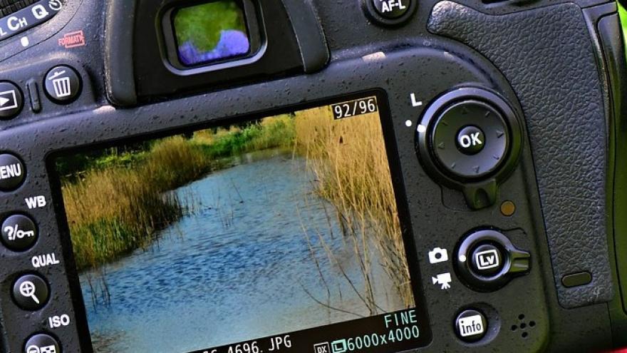 Cámara de fotos enfocando un paisaje