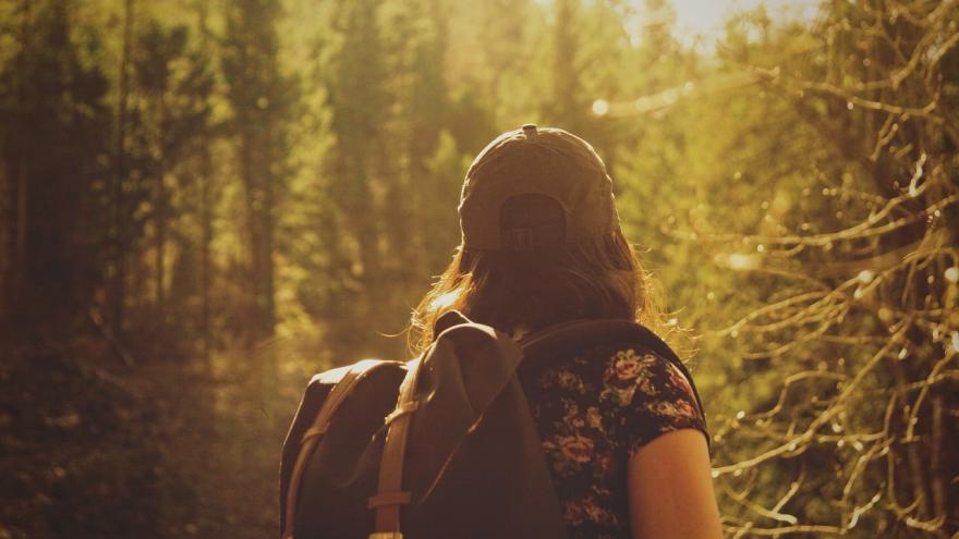 Chica con mochila naturaleza