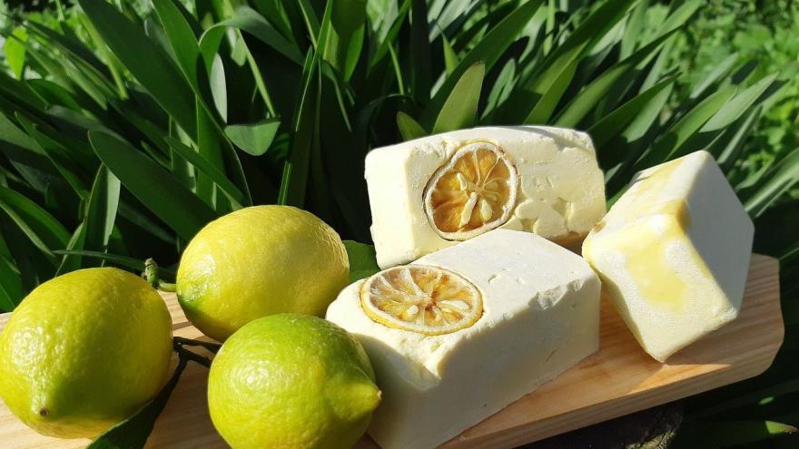 Jabón limones y hojas verdes