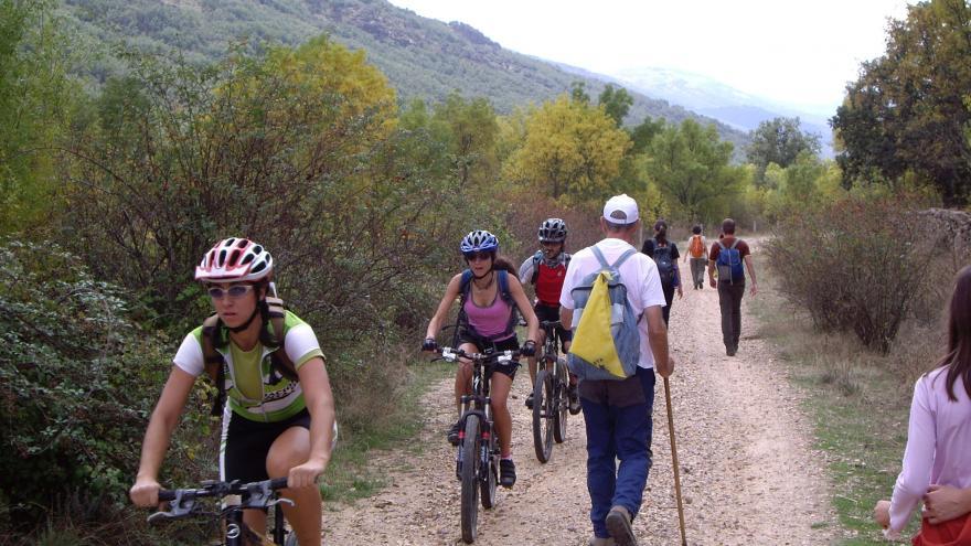 Ciclistas y senderistas en vía pecuaria