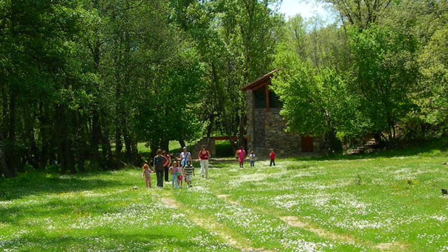 Grupo de gente en los alrededores de un Centro de educación ambiental