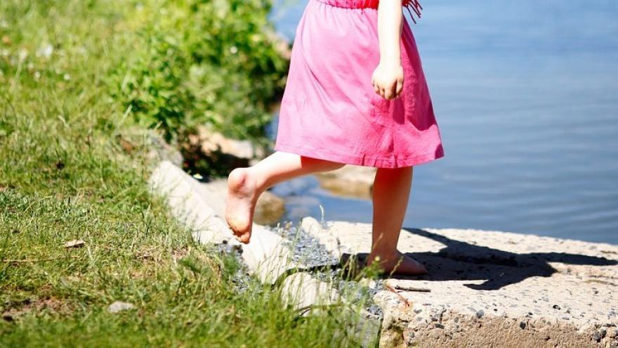 Niña pies descalzos laguna