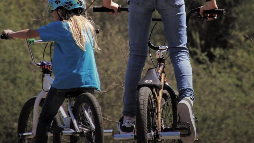 Dos niñas en bicicleta
