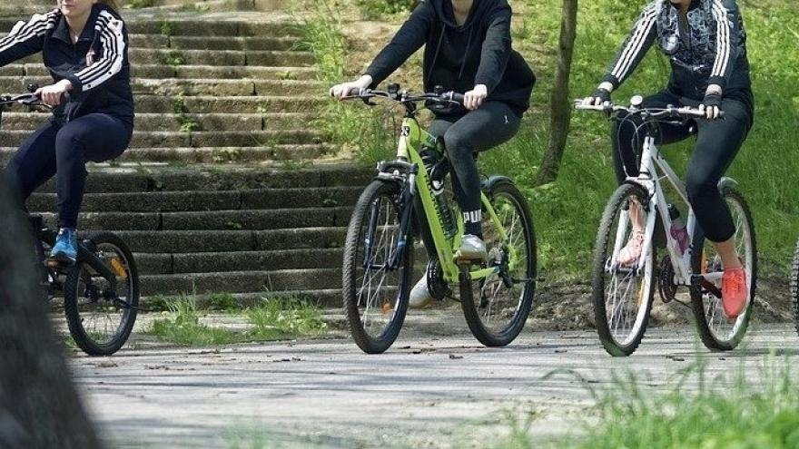 Chicos en bicicleta de ruta