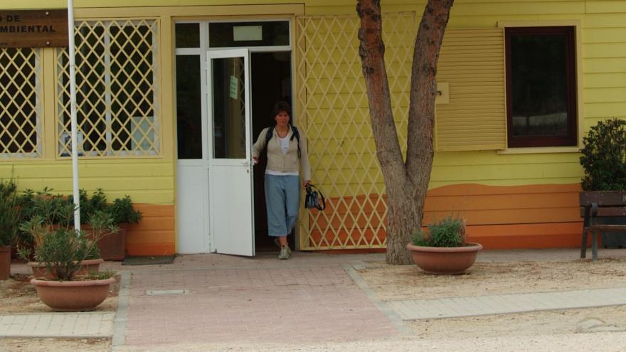 Chica saliendo del Centro de Educación Ambiental Polvoranca