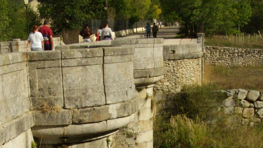 Gente andando por el puente