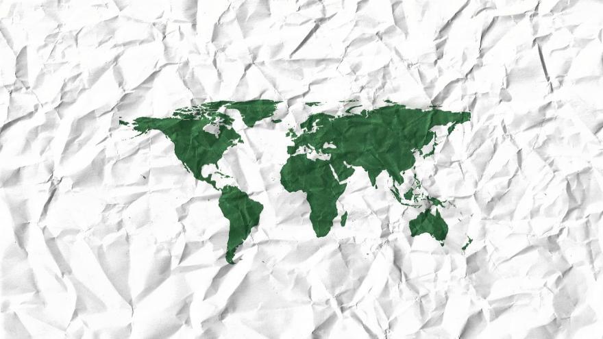 Mapa continentes en verde sobre papel arrugado