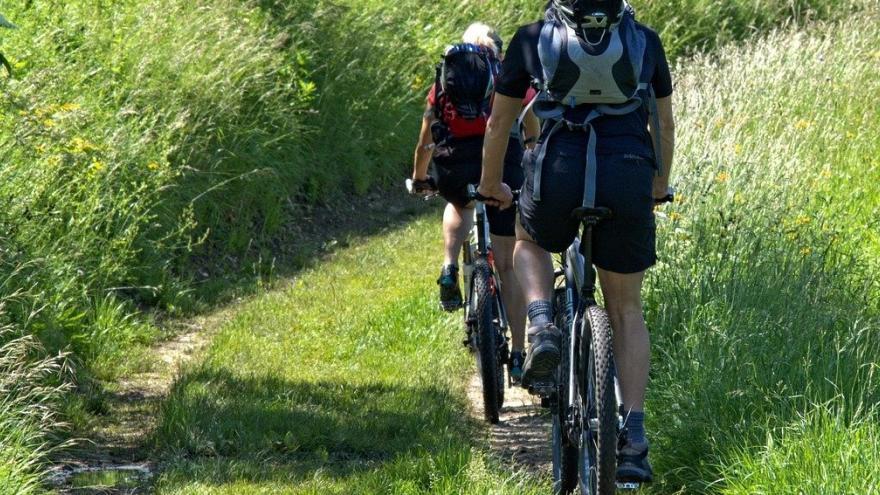 Ciclistas en el campo primavera