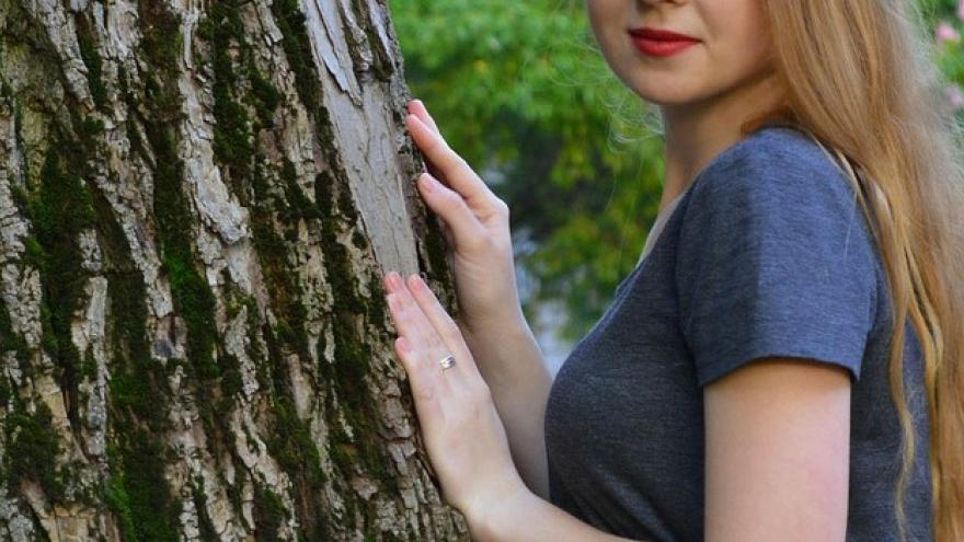 Chica y árbol en un parque