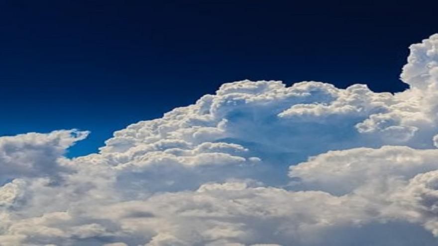 Nubes blancas en cielo azul