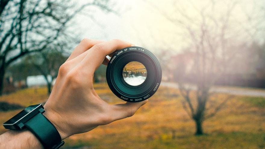 mirando paisaje con objetivo