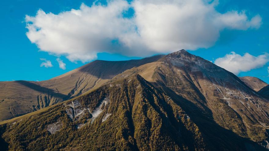 Montañas cielo nubes