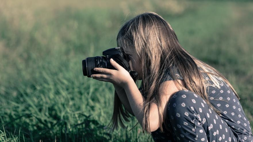 Niña haciendo fotos paisaje