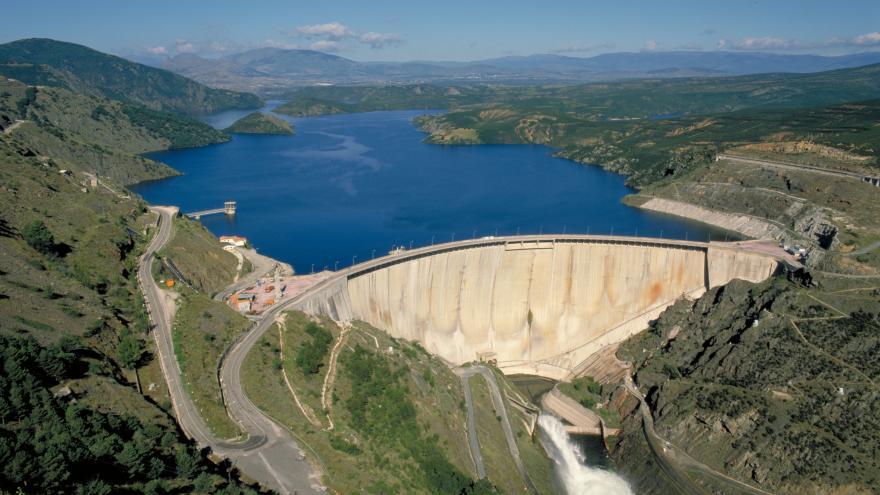 Una vista aérea de la presa de El Atazar