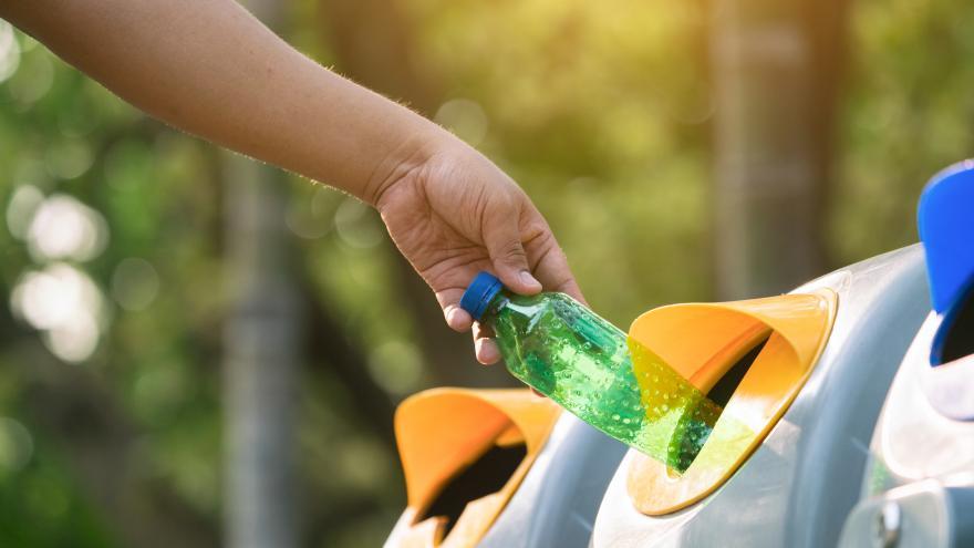 persona reciclando