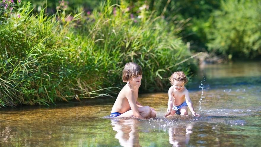 Dos niños juegan en el agua