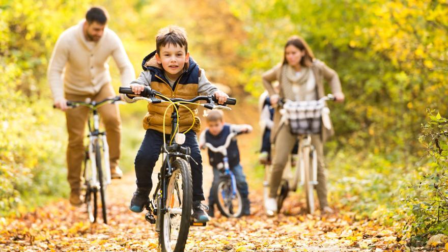 Familia paseando en bicicleta