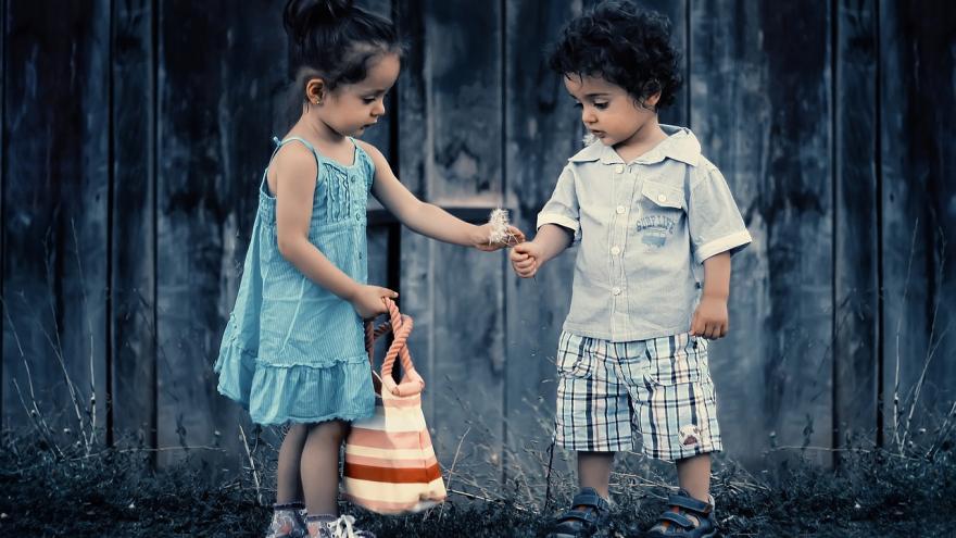Niños intercambiando cosas