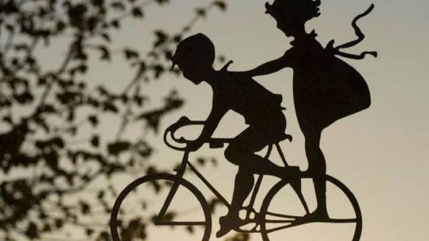Siluetas pedaleando en bicicleta