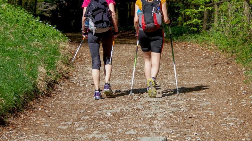 Dos senderistas caminando