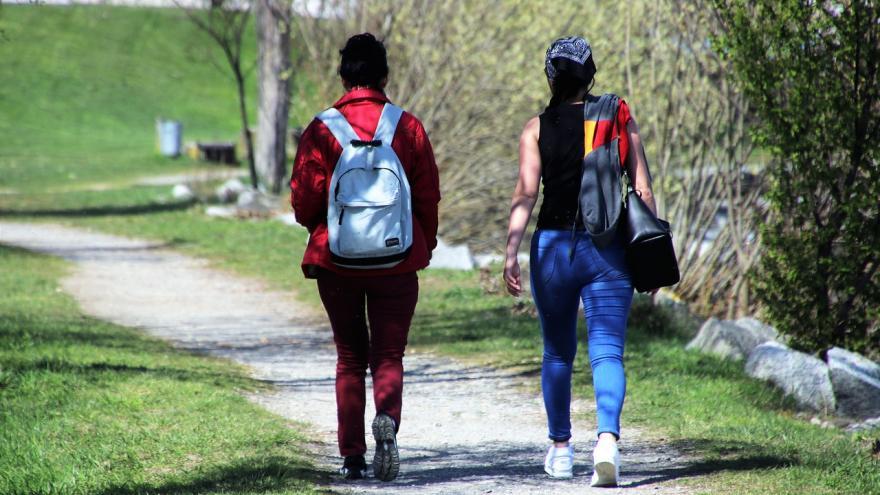 Dos personas andando en la naturaleza