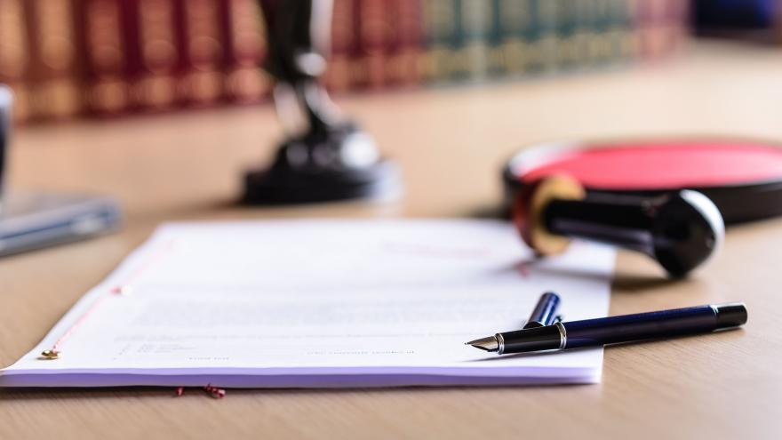 Folio escrito y pluma abierta
