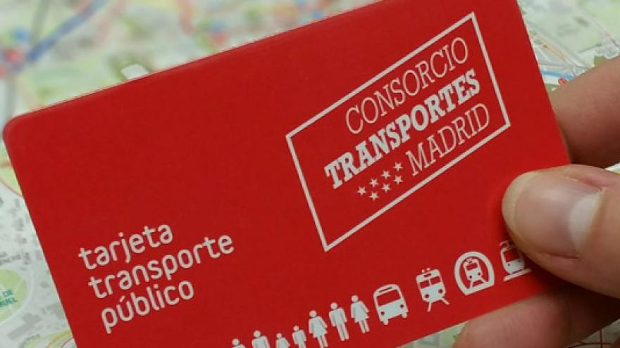 Imagen de mano sosteniendo una Tarjeta Transporte Público
