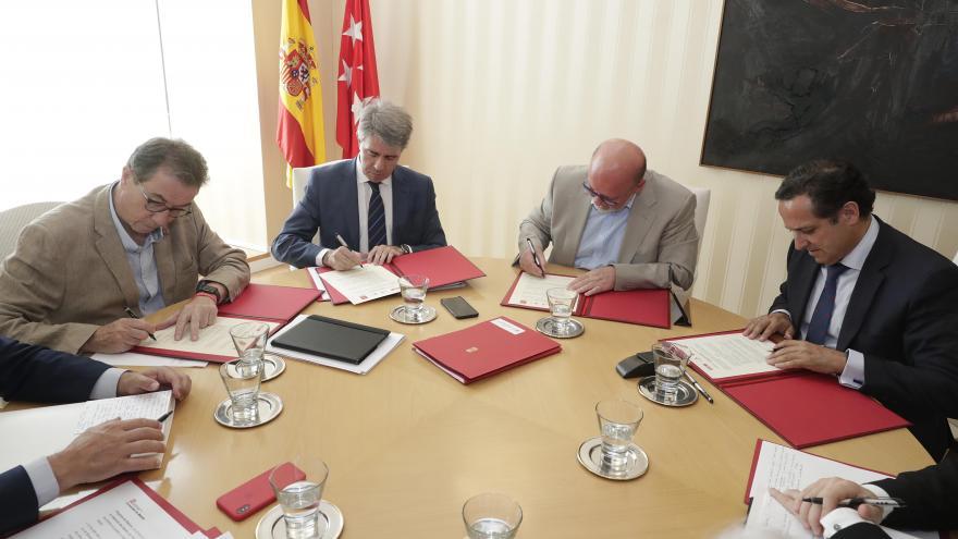 El presidente regional, Ángel Garrido, firma la prórroga de la Estrategia Madrid por el Empleo con los sindicatos UGT, CC OO y la patronal CEIM