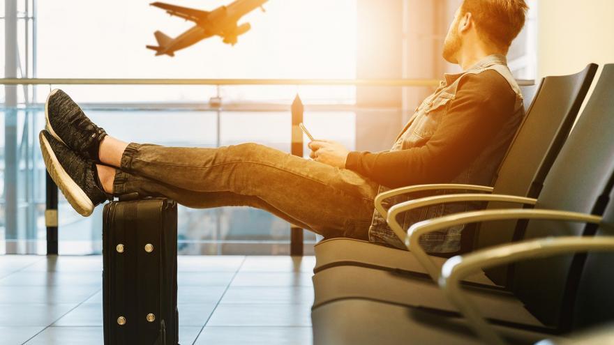 Persona esperando en aeropuerto