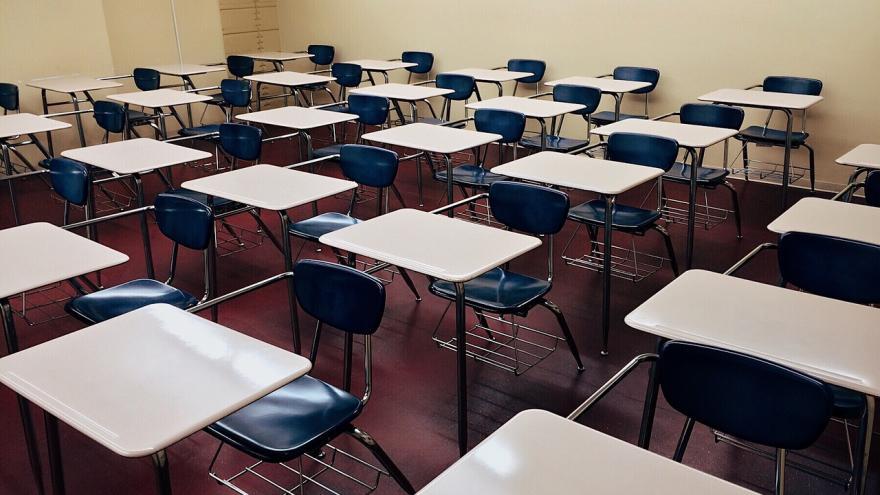 aula con pupitres y sillas