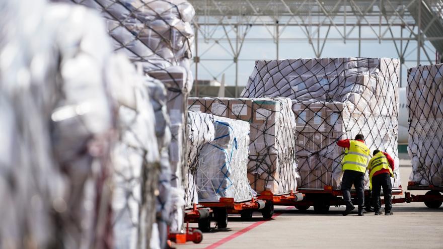 Un avión con material sanitario llega al Aeropuerto Adolfo Suárez Madrid-Barajas