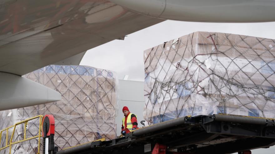 Un avión procedente de China llega a Madrid con material sanitario por el COVID-19