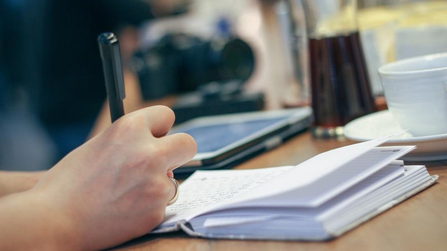 Persona escribiendo en libreta