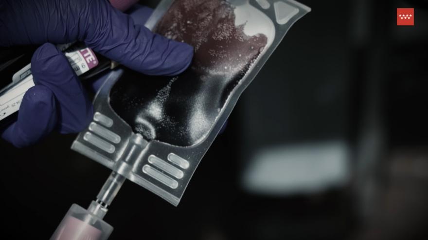 Primer plano de una bolsa de sangre en una mano