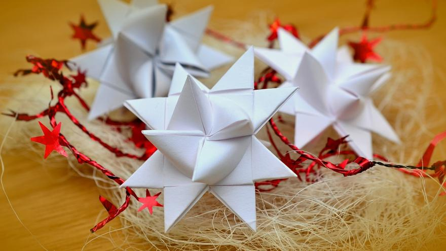 Adornos navideños hechos con papel