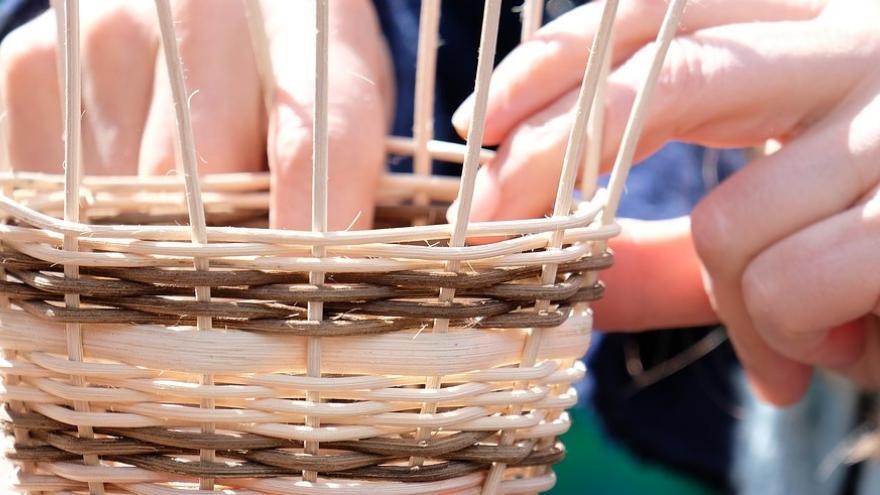 Haciendo cesta de mimbre