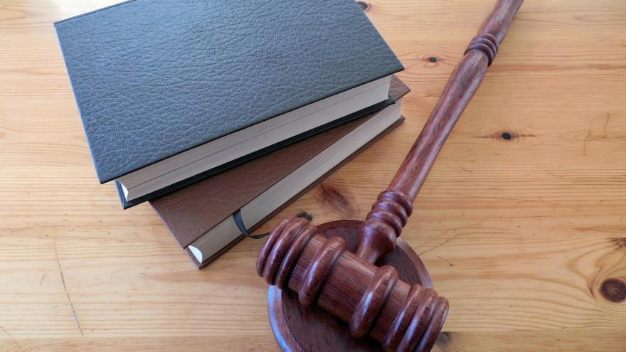 Mazo de juez junto a libros