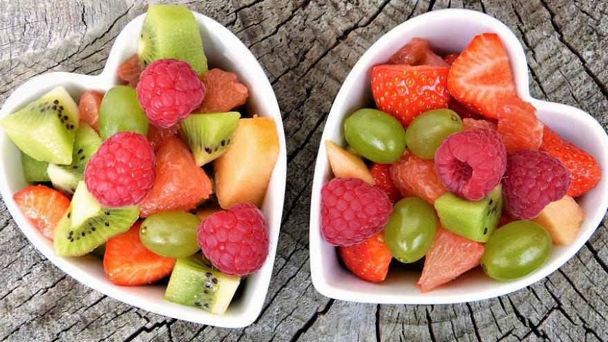 Bandejas de fruta cortada con forma de corazón