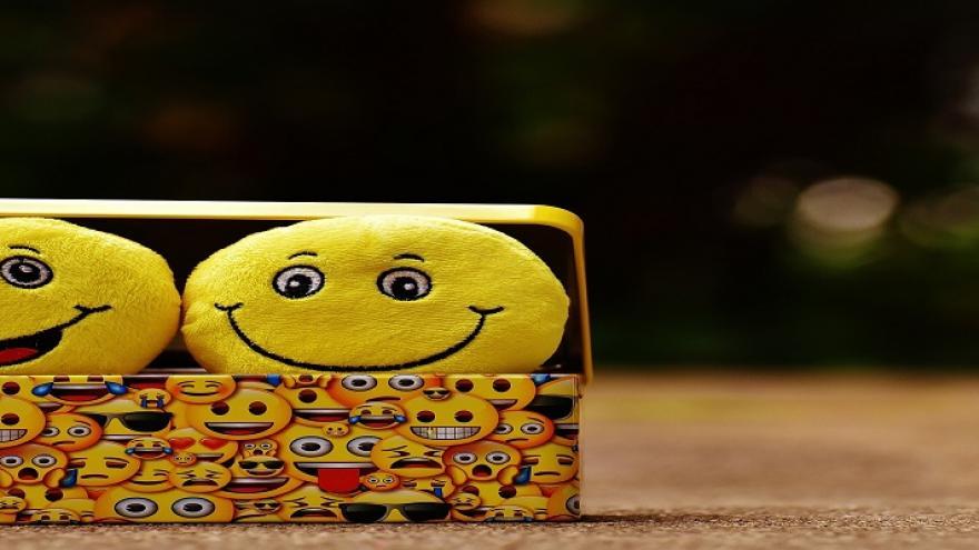 Peluches de emoticonos sonrientes dentro de una caja